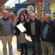 La concejala de Leganés, Virginia Jiménez, recibe la carta de agradecimiento en el Centro Municipal Sufragio. Foto: Grupo AMÁS