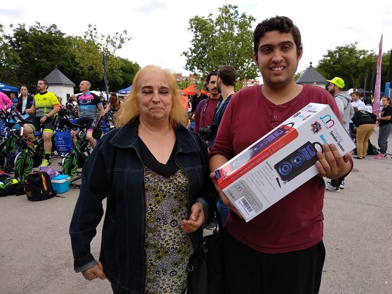 Ganadores de uno de los premios de la rifa solidaria. Foto: Grupo AMÁS.