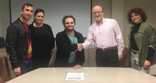 Firma del contrato de Óscar Arroyo con Ismael Carrillo, Director General de Atención a Personas de Grupo AMÁS. Foto: Grupo AMÁS.
