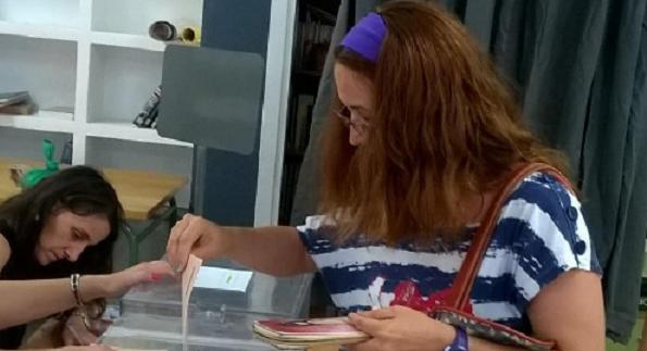 Soraya Moreno, miembro del Comité Ciudadanía de Grupo AMÁS, ejerciendo su derecho al voto. Foto: Grupo AMÁS.