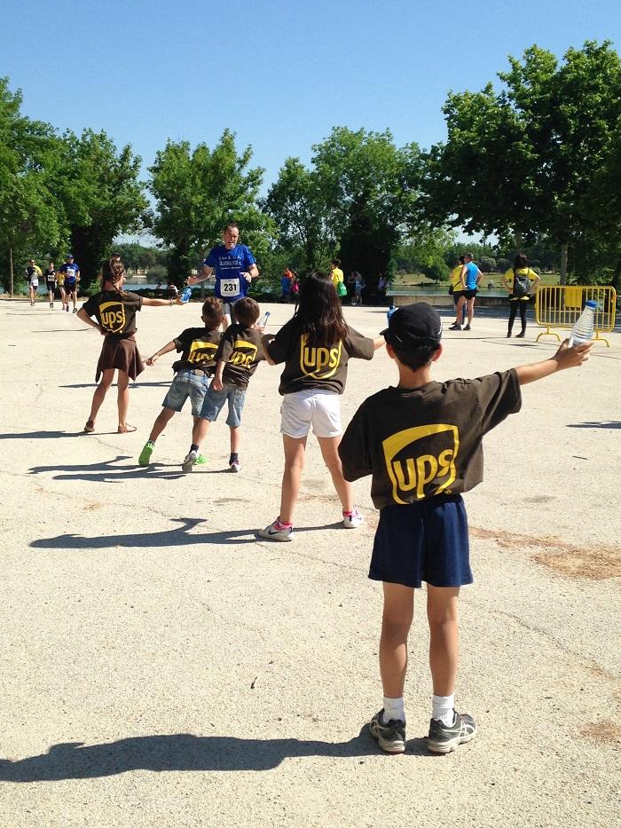 Pequeños voluntarios y voluntarias de UPS en la Carrera por la Inclusión.