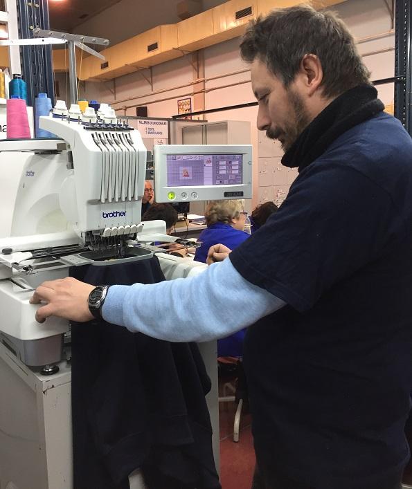 Víctor Garbín trabajando en el Taller Textil de Prado Regordoño en Móstoles. Foto: Grupo AMÁS.