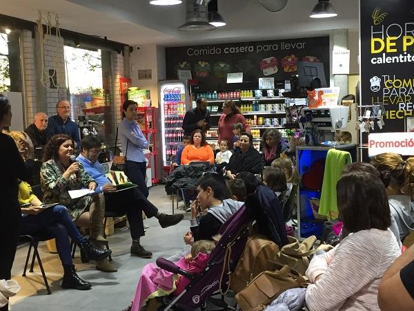 """La Concejala Virginia Jiménez presenta el cuento """"El viaje de ILombe"""". Foto: Grupo AMÁS."""
