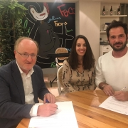 Firma del convenio entre Wi Rebel y Grupo AMÁS. Foto: Grupo AMÁS