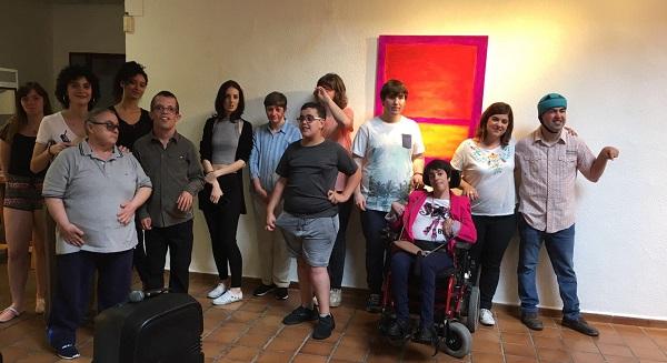 """Grupo de artistas """"Los Picassos"""" en la inauguración de la exposición """"Un mundo de color"""" en el Centro Cultural Joan Miró. Foto: Grupo AMÁS."""