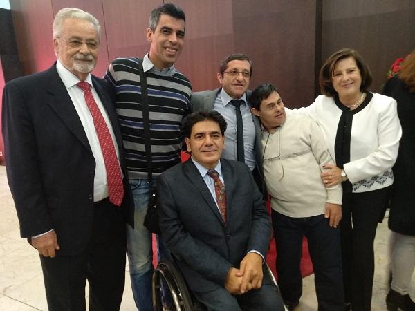 """Protagonistas de """"Campeones"""" con distintas autoridades de la Junta de Andalucía. Foto: Grupo AMÁS."""