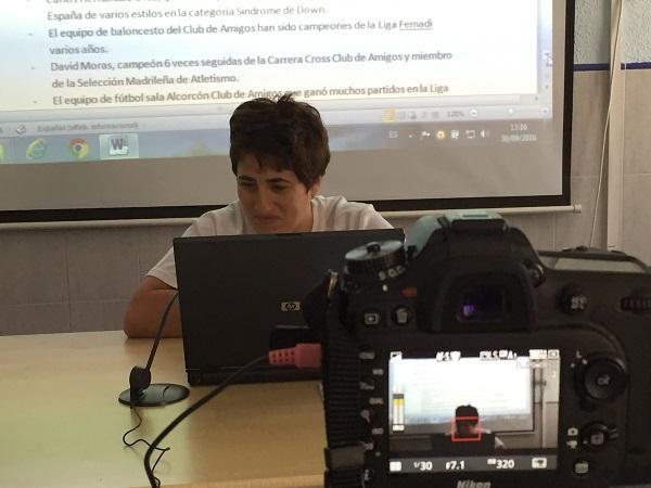 Alumna de Info Fácil leyendo a cámara una noticia redactada en Lectura Fácil. Foto: Grupo AMÁS.