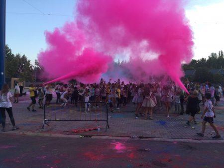 Cañones de colores en la fiesta AMÁS Holi. Foto: Grupo AMÁS.