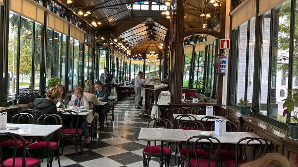 Interior de la cafetería Los Espejos de Madrid. Foto: Grupo AMÁS.