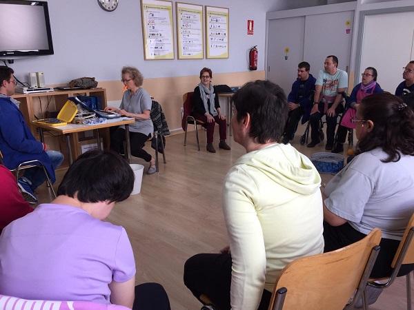 Inessa Solovieva durante una clase con el grupo coral. Foto: Grupo AMÁS.