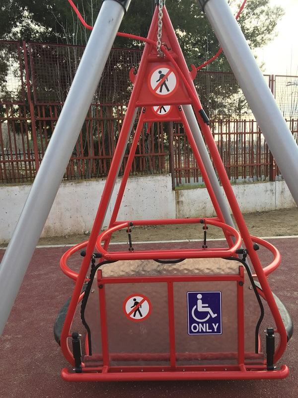 Columpio adaptado para silla de ruedas en el Colegio Miguel de Unamuno. Foto: Grupo AMÁS.