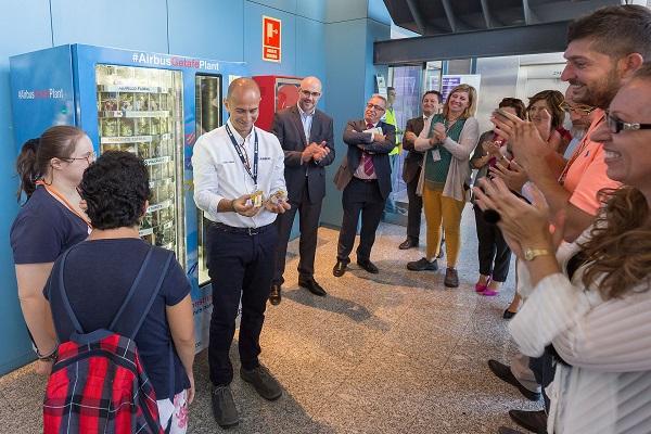 El primer regalo de la máquina de Vending Solidario. Foto: Airbus