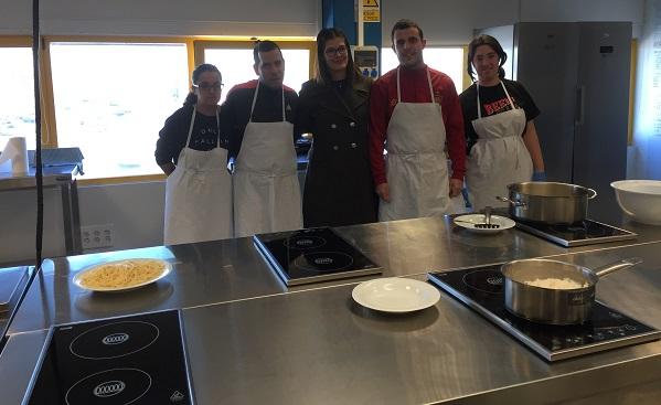 """Noelia Posse con alumn@s de cocina en """"Itinerarios de formación"""". Foto: Grupo AMÁS."""