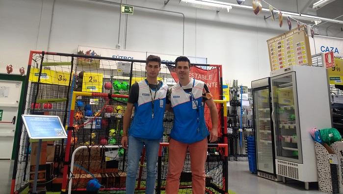Ismael con un compañero de trabajo. Foto: Decathlon de Xanadú