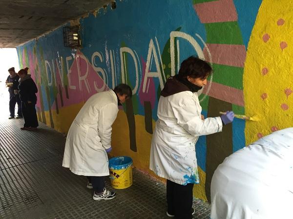 Artistas de Grupo AMÁS decoran El Bosque de la Inclusión. Foto: Grupo AMÁS.