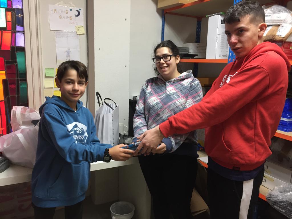 Donación por parte de un niño de un videojuego a Juegaterapia. Foto: Grupo AMÁS