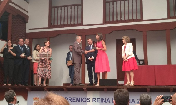 La Reina Letizia entrega el Premio a la Cultura Inclusiva a Carlos Pérez, Presidente de Grupo AMÁS. Foto: Grupo AMÁS.