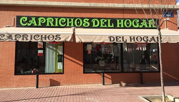 """Exterior de """"Caprichos del hogar"""" en Móstoles. Foto: Grupo AMÁS."""