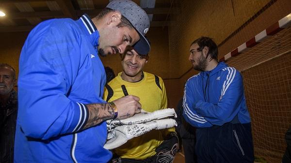 Iago Herrerín firma sus guantes al portero del C.D. Leganés AMÁS.