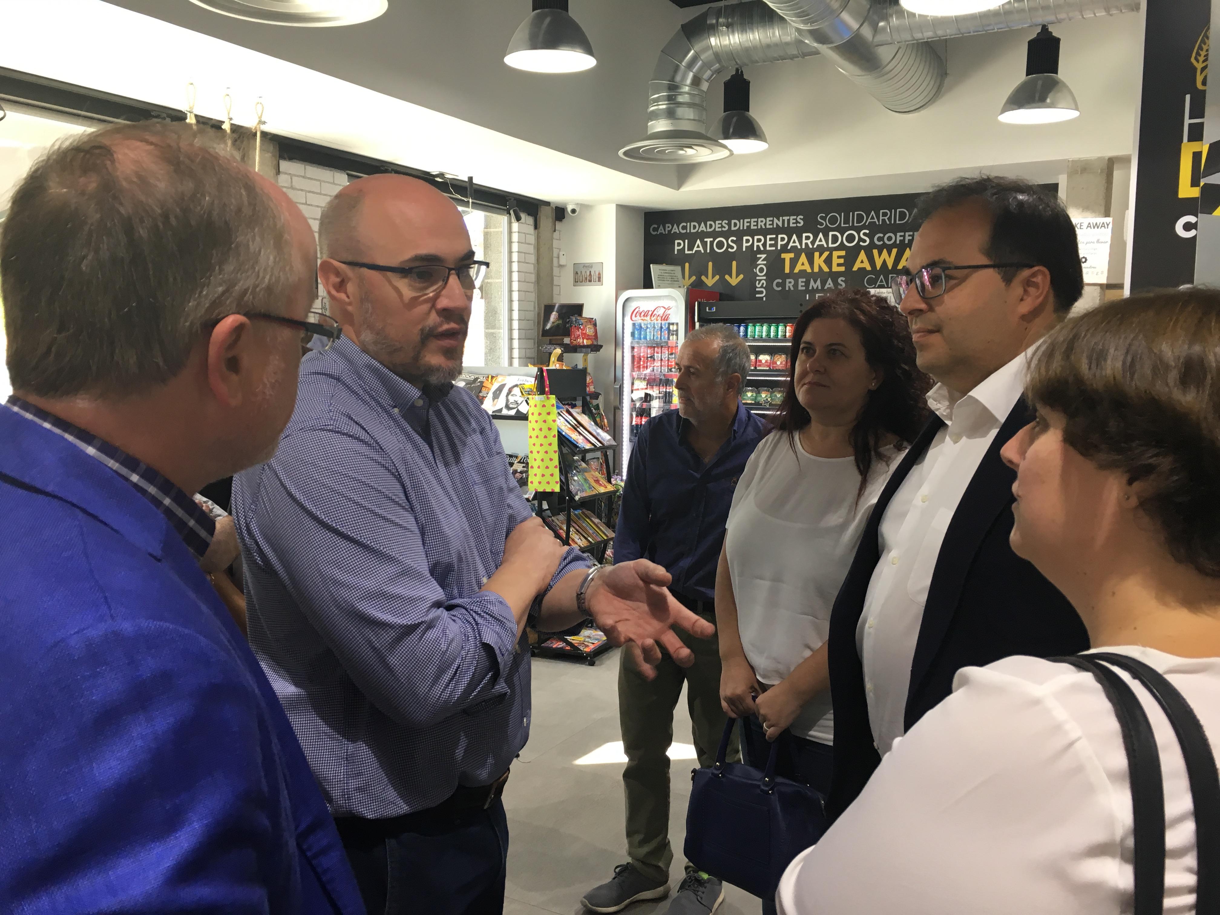 Oscar García, Director General de Desarrollo Corporativo explicando el proyecto al Alcalde de Leganés. Foto: Grupo AMÁS.