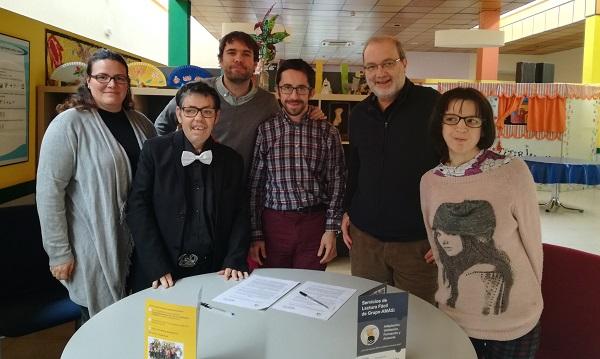 Parte del equipo de AMÁS Fácil con Qurtuba editores . Foto: Grupo AMÁS.