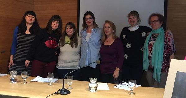 La alcaldesa Noelia Posse y la concejala Ana María Rodrigo con el grupo de mujeres de Grupo AMÁS. Foto: Grupo AMÁS.