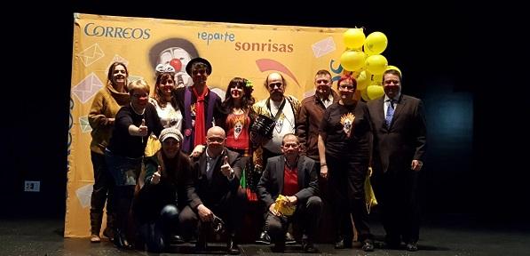 El Presidente de Aspandi, Felipe Talavera, junto con representantes de Correos y Payasos sin Fronteras. Foto: Grupo AMÁS.