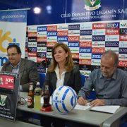 Firma del convenio entre Victoria Pavón, Presidenta del C.D. Leganés y Carlos Pérez, Presidente de Grupo AMÁS. Foto: Grupo AMÁS.