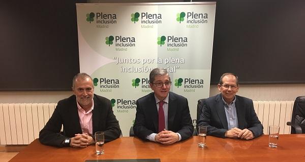 Mariano Casado, Presidente de Plena Inclusión Madrid en el centro, junto con Carlos Pérez, Presidente de Grupo AMÁS y Felipe Talavera (ASPANDI). Foto: Grupo AMÁS.