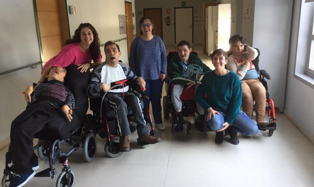 Algunos de los participantes con las profesionales de apoyo Marta Fernández y Sandra Martín. Foto: Grupo AMÁS