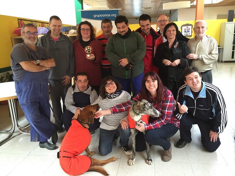 """""""Hernández"""" y """"Rockabilly"""" con los voluntarios y voluntarias del Centro Sufragio. Foto: Grupo AMÁS."""