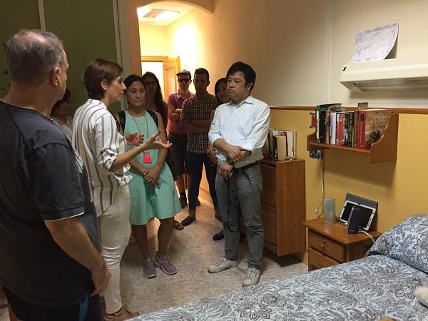 A la izquierda de la imagen, Antonio enseña la habitación que comparte con su pareja a los expertos japoneses. Foto: Grupo AMÁS.