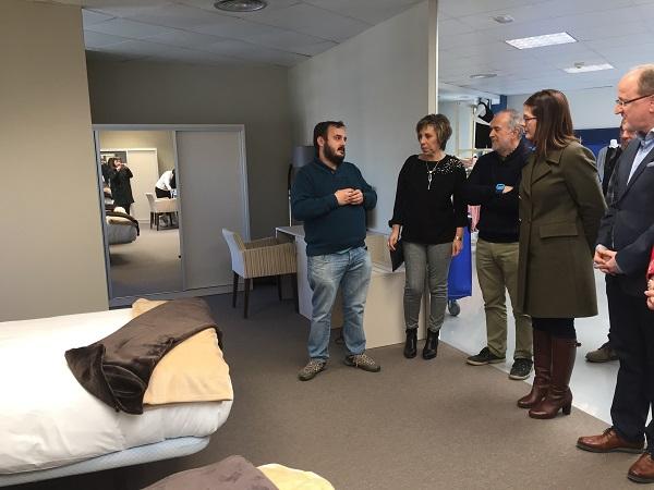 La alcaldesa de Móstoles en el espacio dedicado a formación de camarer@s de hotel. Foto: Grupo AMÁS.