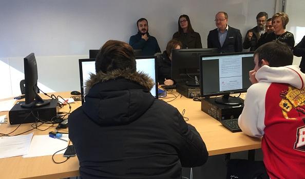 """La alcaldesa de Móstoles visita el aula informática de """"Itinerarios de formación"""". Foto: Grupo AMÁS."""