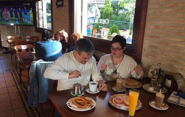 Nuria y Augusto en el interior de una cafetería en Móstoles. Foto: Grupo AMÁS.