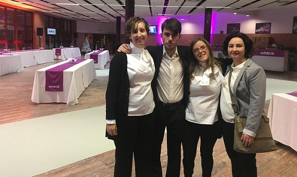 Estefanía, Eva e Iván, azafat@s de eventos en formación, en el acto de Airbus Getafe. Foto: Grupo AMÁS.