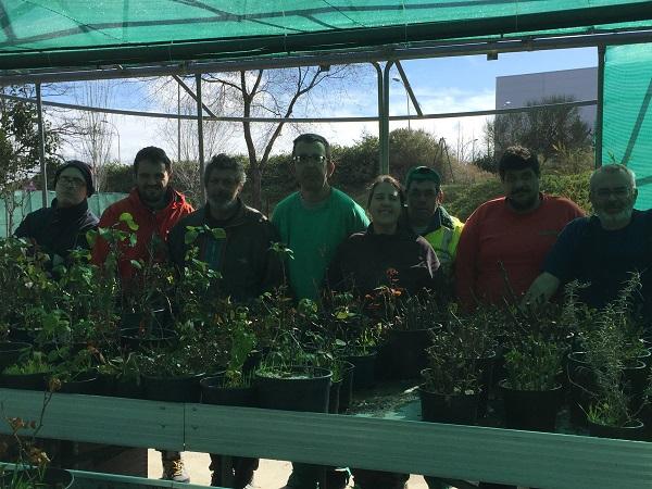 Equipo de profesionales y personas con discapacidad formadas en jardinería. Foto: Grupo AMÁS.