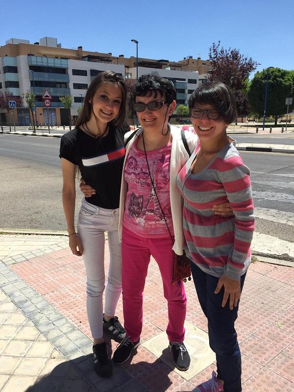 Eli con las profesionales de Grupo AMÁS Yolanda Marcos y Nerea Varilla. Foto: Grupo AMÁS