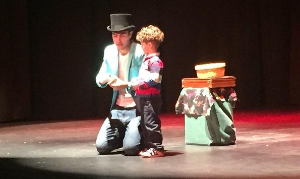 El mago Rimago durante el espectáculo navideño de Atención Temprana. Foto: Grupo AMÁS,