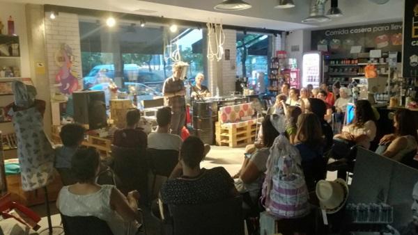 Monólogo de Roberto Reviejo en la Concept Store Másymenos, Avenida Salvador Allende, esquina Calle El Greco de Leganés. Foto: Grupo AMÁS