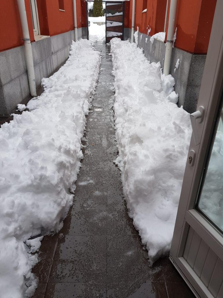 El domingo por la mañana, el equipo de trabajadores se afanaron en abrir camino en la nieve