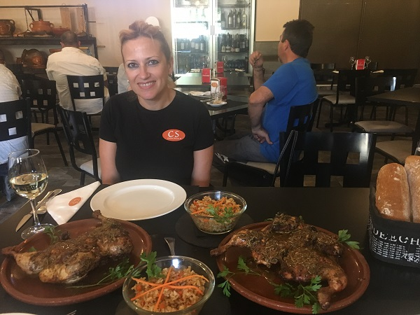 Nines García, creadora del Pollo Solidario a la Brasa, en su restaurante Cocina Selecta. Foto: Grupo AMÁS.