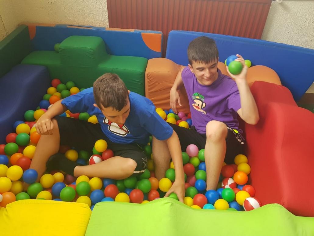 Visita a un parque de bolas en el campamento urbano del colegio Alfonso X El Sabio. Foto: Grupo AMÁS.