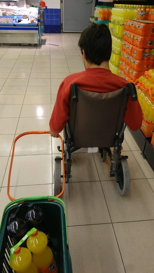 """Persona con discapacidad intelectual y necesidades de apoyo participando en """"Maneras de comer"""". Foto: Grupo AMÁS"""