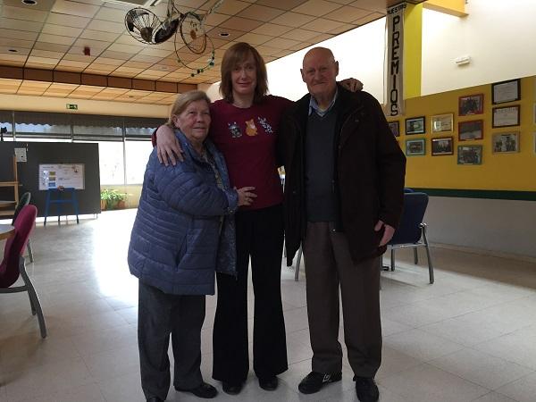 Eva con sus padres: Paqui y José María. Foto: Grupo AMÁS.