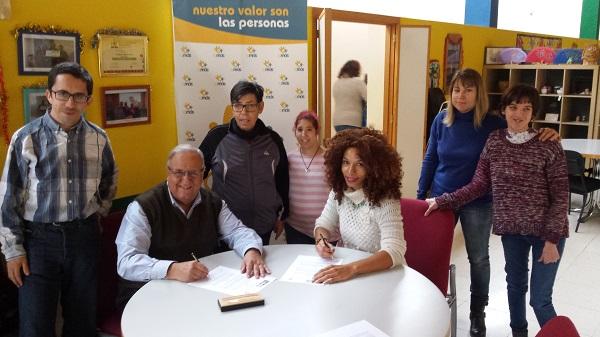 Firma del convenio de colaboración entre Grupo AMÁS y Asociación Afromurcia en Movimiento. Foto: Grupo AMÁS.