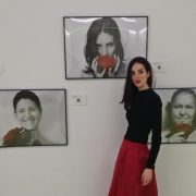 "Mónica Rubiños en la exposición ""20 Rosas"". Foto: Mónica Rubiños."
