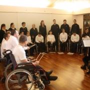 Actuación del grupo coral de los Centros Ocupacionales de Parque Coimbra y Regordoño en el Museo de la Ciudad de Móstoles. Foto: Grupo AMÁS.