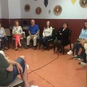 """Reunión de """"Rediseñando"""", el grupo de familias del Centro Ocupacional Parque Coimbra. Foto: Grupo AMÁS."""