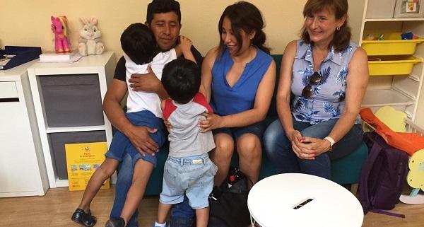 Nuria Marín, Presidenta de la Fundación Mejor Igual con la familia de Liam. Foto: Grupo AMÁS.